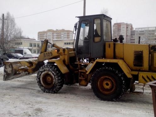 Снегоуборочная техника работает во дворах жилых домов по будням