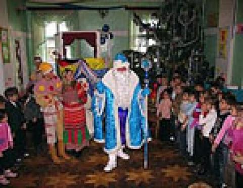 Йошкар-олинских малышей с Новым годом поздравляют Йyштo Кугыза и Лумyдыр
