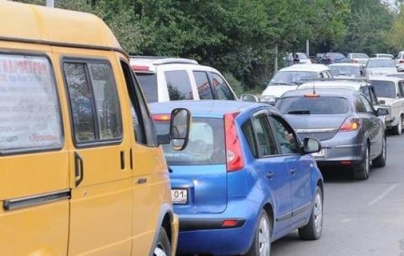 На выезде из поселка Медведево образовалась огромная автомобильная пробка (Марий Эл)
