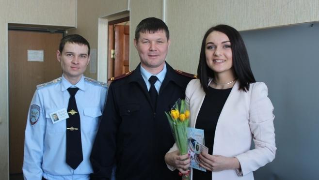Сотрудники полиции продолжают дарить женщинам цветы