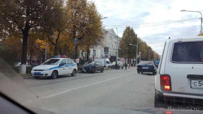 На перекрёстке Комсомольской и Пушкина работают инспекторы ДПС