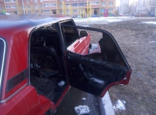 Легковой автомобиль загорелся в одном из дворов Йошкар-Олы