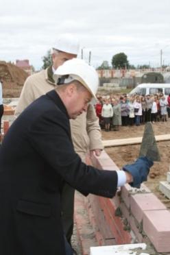 Леонид Маркелов заложил первый камень в основание нового детского сада
