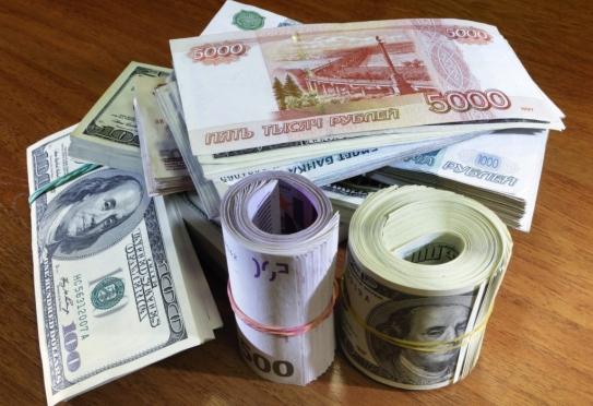 Евро преодолел отметку в 73 рубля, доллар — в 58