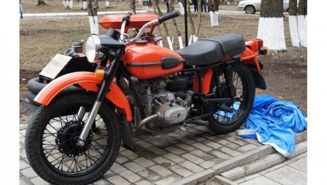На улице Героев Сталинградской битвы появился раритетный мотоцикл