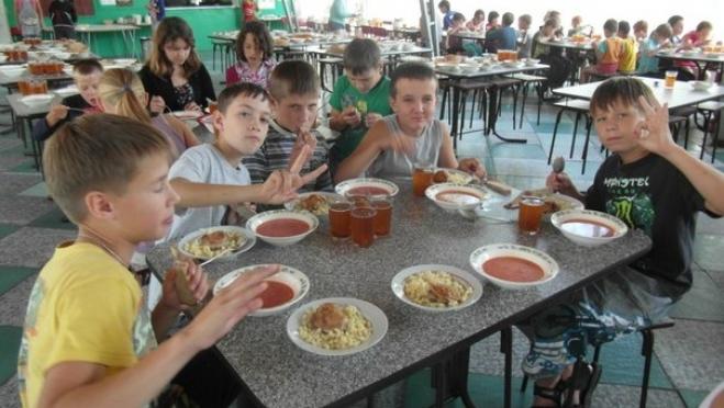 Детей в загородных оздоровительных лагерях будут кормить пять раз в день