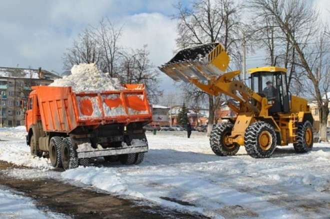 На площадь им.В.И.Ленина машинами везут снег