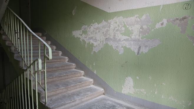 В Сомбатхее в подъезде многоэтажки напали на пенсионерку