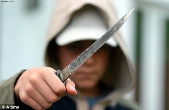 Пьяный 17-летний подросток, угрожая ножом, вымогал у сверстника 300 рублей