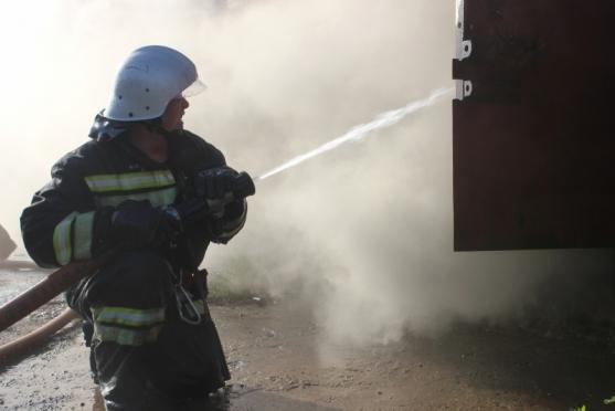 На Ленинском проспекте горит машина