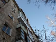 Спасатели сняли женщину с балкона 4-го этажа при попытке самоубийства