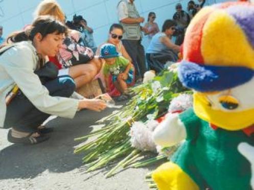 Жители Марий Эл возложили цветы к «стене плача» в Казани