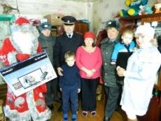 Полицейский Дед Мороз поздравил с Новым годом семью из девяти детей