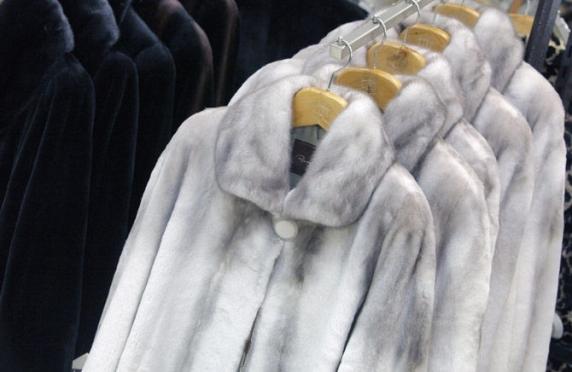 Вор-рецидивист продал украденную норковую шубу за 2 000 рублей, а деньги пропил с подельниками