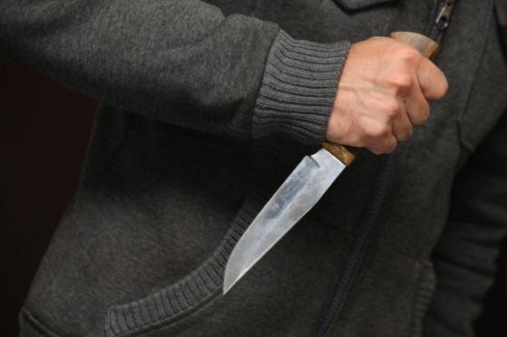 В пылу пьяной ссоры мужчина ударил подругу ножом в живот