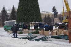 Сегодня на площади им. В. И. Ленина монтируют новогоднюю ель