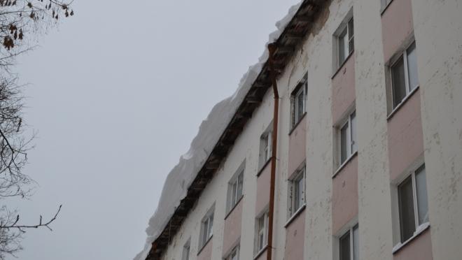 Мэрия предупреждает о возможном сходе снега и падении сосулек с крыш зданий