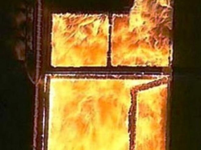 Пожарные вывели пьяную компанию из горящего помещения