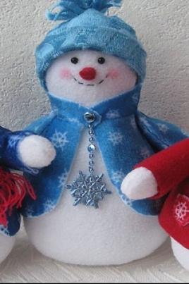 Снеговики из флиса постер