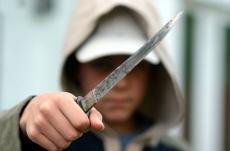20-летний рецидивист метал ножи в ребёнка-инвалида