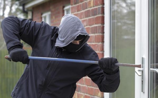 Злоумышленники залезли в частный дом через окно и украли деньги