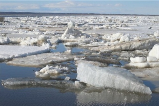 МЧС предупреждает: выходить на лед становится все более опасно