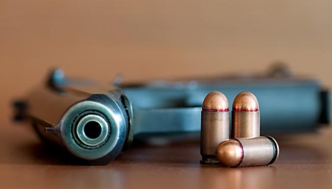 16-летний подросток пытался сбыть пистолет с боевыми патронами