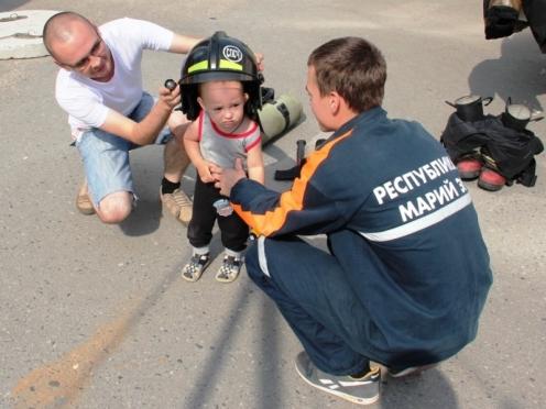 Дети и их родители познакомились с работой спасателей