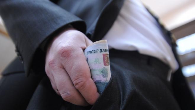 Зарплаты федеральных служащих за год выросли на 2,7 процента