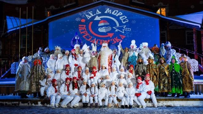 Первую новогоднюю ёлку зажгли в День рождения Деда Мороза