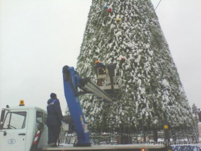 В Йошкар-Оле начался демонтаж главной новогодней ели