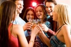 На выпускном вечере школьникам разрешат выпить бокал шампанского