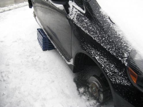 Шиномонтаж по-мариэльски: студент переобул свою машину за счет соседа