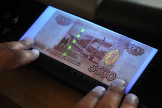 В Марий Эл фальшивомонетчики «тратят» деньги на вино, сигареты и цветы