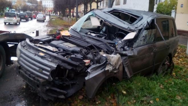 В центре Йошкар-Олы Land Rover сбил дорожный знак и врезался в опору ЛЭП