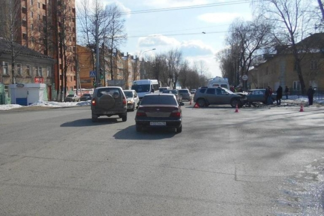 В Йошкар-Оле на регулируемом перекрестке «ВАЗ-2106» врезался в иномарку
