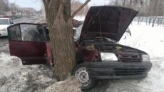 В Волжском районе пьяный водитель на иномарке врезался в дерево