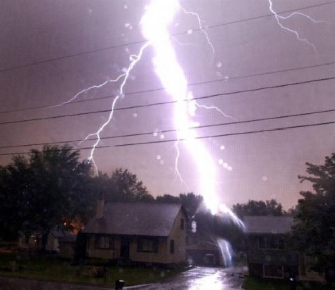 В Медведевском районе молния подпалила жилой дом