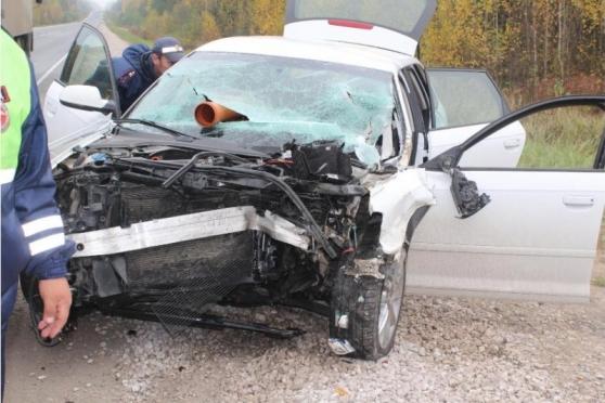 Audi врезалась в груженный «КамАЗ» — водитель остался жив