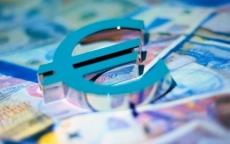 Официальный курс евро на пятницу упал более чем на два рубля