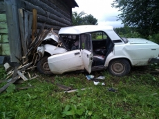 В Моркинском районе «пятёрка» протаранила жилой дом
