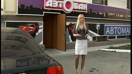 Блондинка в роли продавца