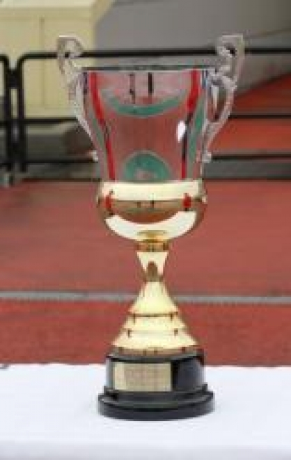 Кубок МФС «Приволжье», завоеванный футболистами «Спартака», вмещает четыре бутылки шампанского