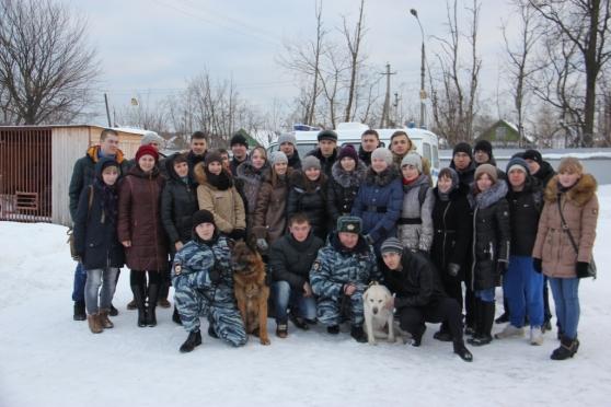Студенты познакомились с четвероногими «полицейскими»