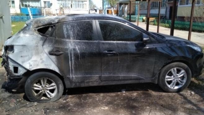 Ночью в Килемарах сгорела иномарка, припаркованная во дворе дома