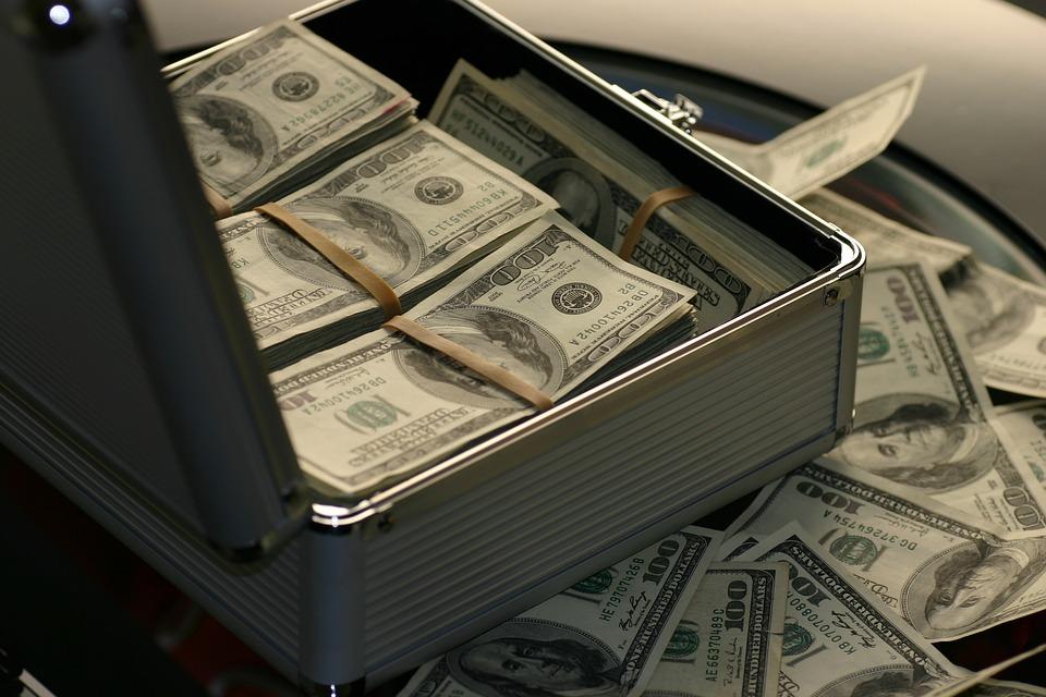 Большая сумма денег в чемодане