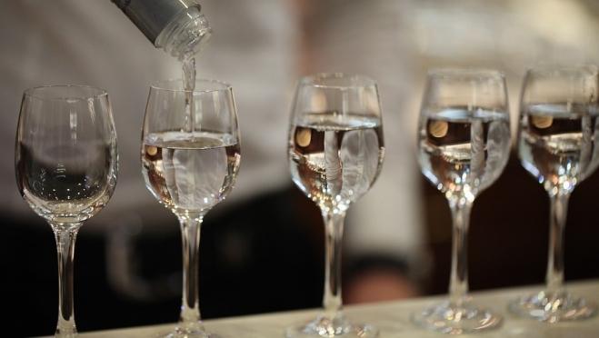 Госдума поддержала запрет продажи алкоголя в маленьких кафе в жилых домах