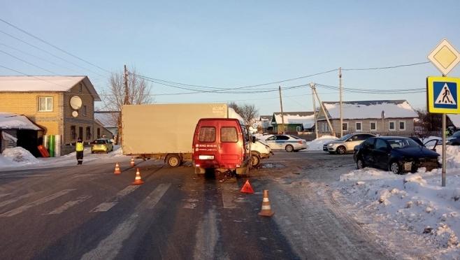 В пригороде Йошкар-Олы произошло массовое столкновение машин