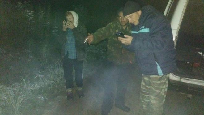 Спасатели вывели из леса заблудившихся грибников