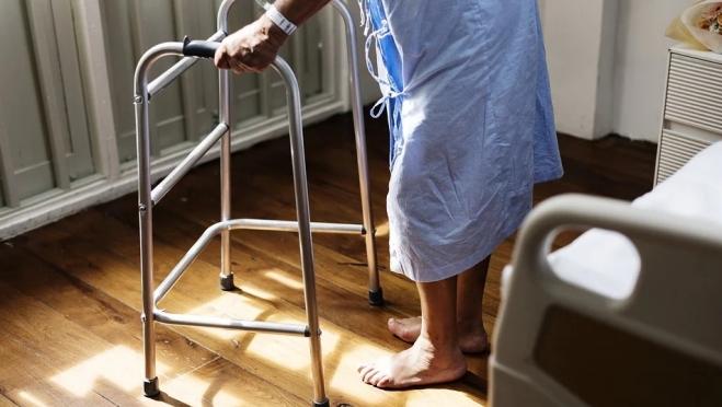 Минтруд хочет привлечь частные клиники к уходу за пенсионерами